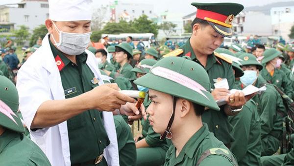Thanh niên nhập ngũ được kiểm tra thân nhiệt.