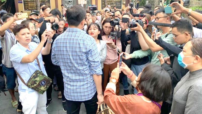 Người dân tụ tập tại đám tang nghệ sĩ Anh Vũ gây rối tang gia.