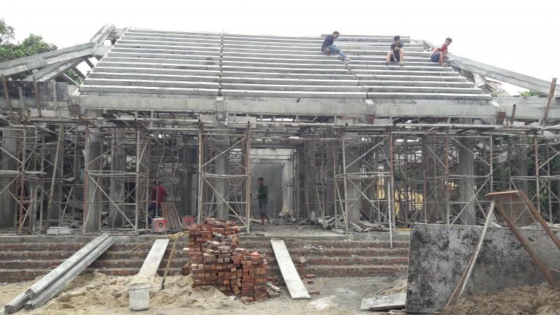 Một ngôi đình cổ được xây mới hoàn toàn bằng bê tông cốt thép.