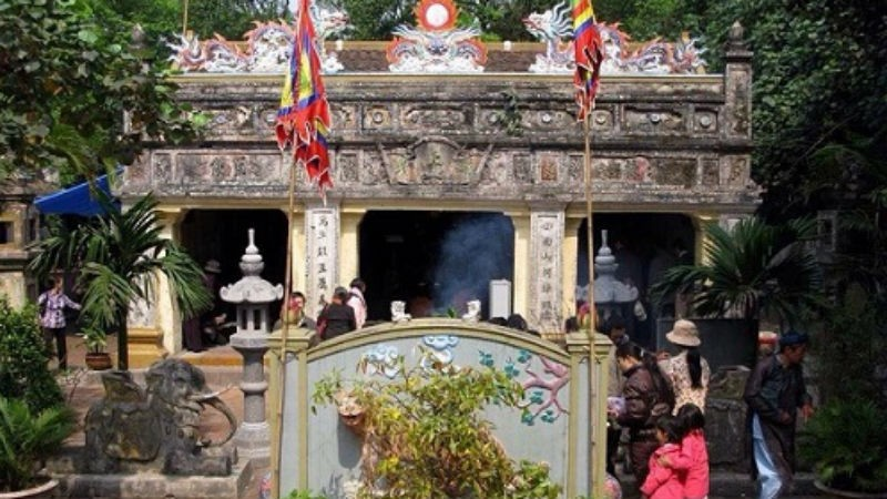 Ngôi đền nằm trầm mặc, cổ kính nhưng mang đầy âm hưởng linh thiêng nơi cửa biển