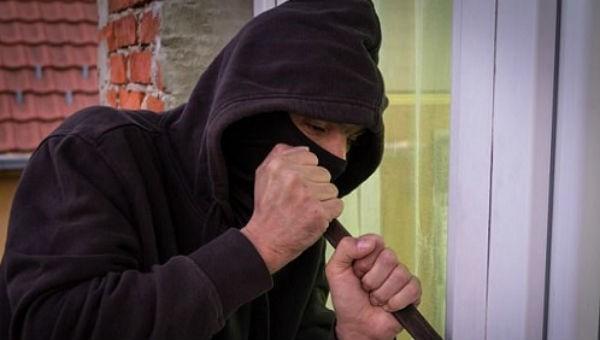 Đến nhà bạn gái chơi, cạy tủ lấy trộm tiền
