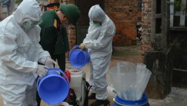 Tổ quân y cơ động của Quân khu 2 phun thuốc khử khuẩn nhà dân ở xã Sơn Lôi, huyện Bình Xuyên, tỉnh Vĩnh Phúc.