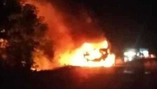Xe bồn chở 12.000 lít xăng bốc cháy, tài xế bị hất văng ra xa