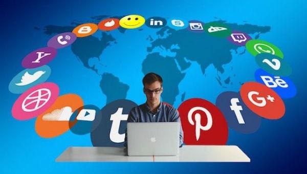 Cần có kiến thức vững vàng, phông nền văn hóa để có thể tự vượt qua áp lực từ mạng xã hội.