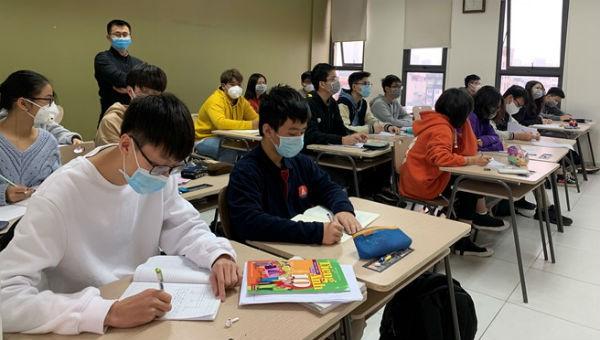 Cần dạy cho học sinh cách ứng xử trong cuộc sống sẽ tốt hơn việc luyện Toán theo mẹo hay luyện Văn mẫu… Ảnh minh họa: