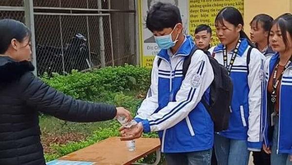 Học sinh Sơn La rửa tay, khử khuẩn trong ngày đầu đi học.