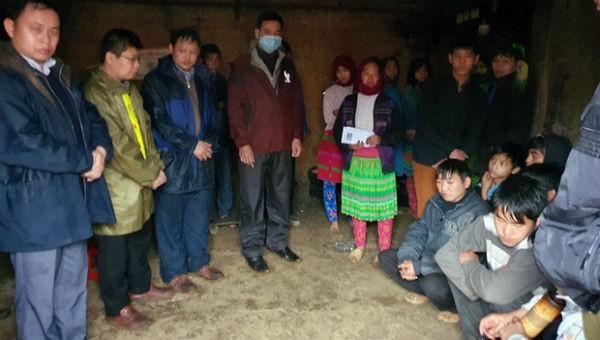 Chính quyền địa phương đến động viên gia đình nạn nhân trong vụ sét đánh.