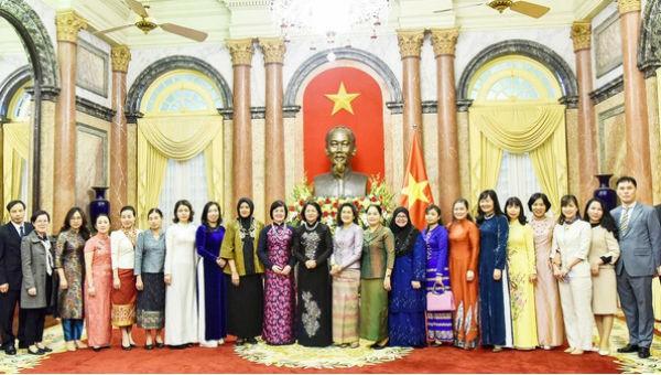 Phó Chủ tịch nước Đặng Thị Ngọc Thịnh cùng đoàn đại biểu chụp ảnh lưu niệm.