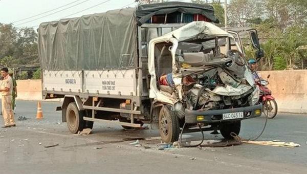 Xe tải tông xe máy cày, 2 người tử vong