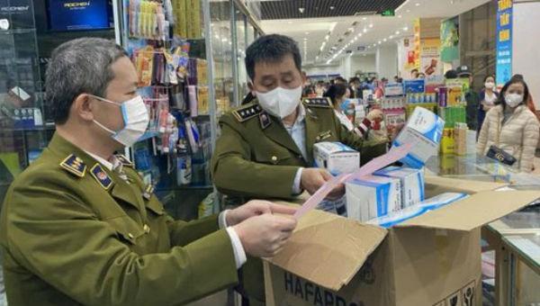 Lực lượng chức năng kiểm tra tại một cửa hàng thuốc.