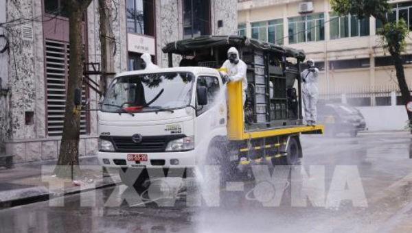 Bộ đội Hóa học phun hóa chất tiêu tẩy khu vực phố Trúc Bạch, quận Ba Đình, Hà Nội.