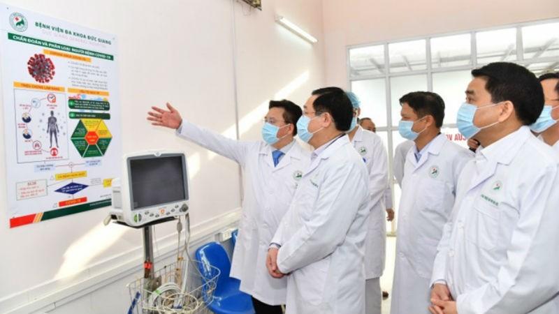 Bí thư Thành ủy Hà Nội Vương Đình Huệ và đoàn kiểm tra công tác phòng, chống dịch Covid-19.