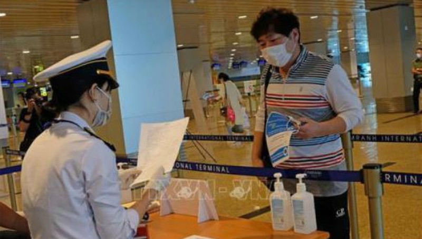 Kiểm tra y tế khách nhập cảnh.