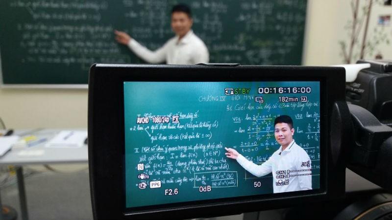 Thầy Nguyễn Văn Đức trong một buổi dạy trực tuyến.