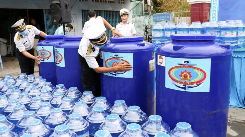 Những bình nước ngọt, phuy đựng nước ngọt của Vùng 2 Hải quân tặng bà con vùng hạn mặn tỉnh Bến Tre. Ảnh Minh Thắng.