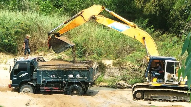 """Chủ tịch xã """"bật đèn xanh"""" cho khai thác cát trái phép trên sông La Tinh"""