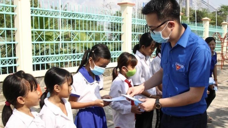 Trao học bổng cho thiếu nhi sinh sống tại khu vực biên giới.