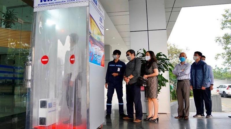 Sân bay Nội Bài đưa vào sử dụng buồng khử khuẩn toàn thân