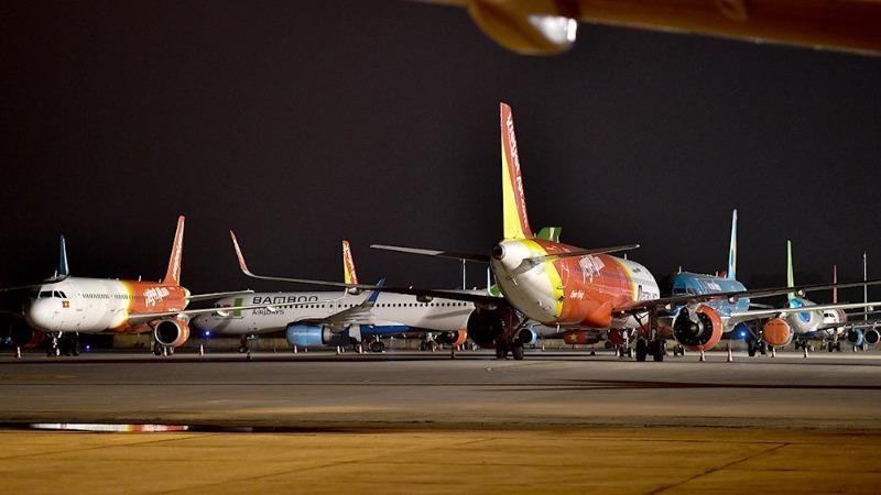 """Máy bay """"đắp chiếu"""" tại sân bay."""