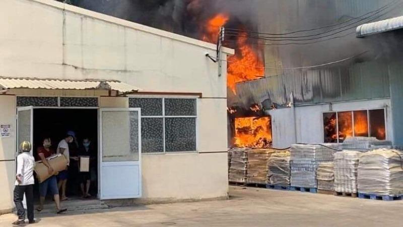 Công ty sản xuất gốm sứ ở Bình Dương bốc cháy dữ dội