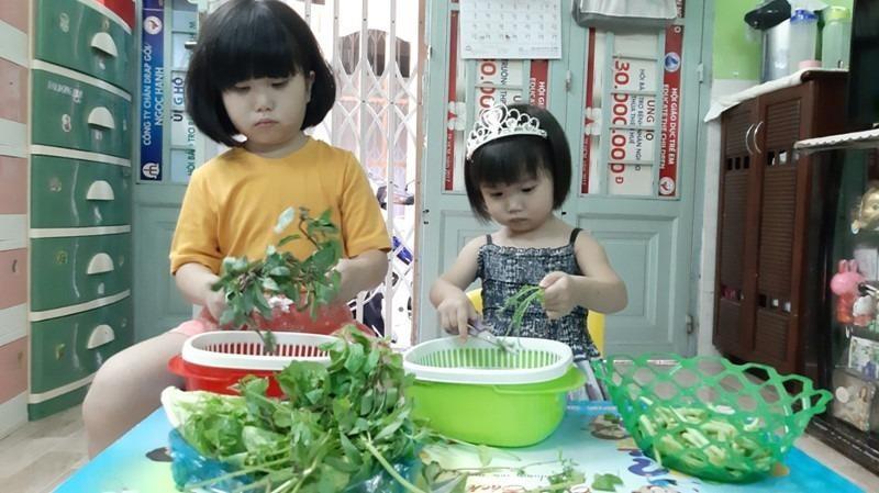 Dạy trẻ làm việc nhà cũng là một cách để bố mẹ cùng con vượt qua giai đoạn cách ly xã hội.