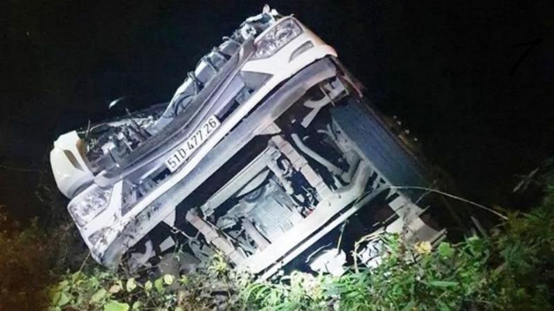 Chiếc xe tải rơi xuống vực bị hư hỏng nặng.