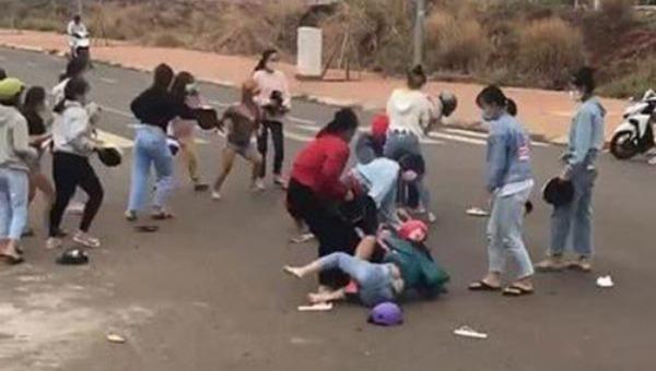 Vì sao hai nhóm nữ sinh ở Bình Phước đánh nhau?