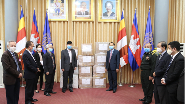 Trao tặng nhân dân Campuchia các trang thiết bị y tế chống dịch Covid-19