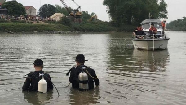 Lực lượng chức năng tìm kiếm nạn nhân.