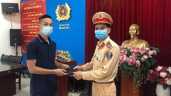 Anh Tùng nhận lại ví tiền tại trụ sở Đội CSGT số 4.