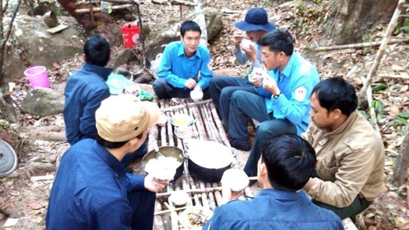 Bữa cơm giữa rừng của đội quy tập.