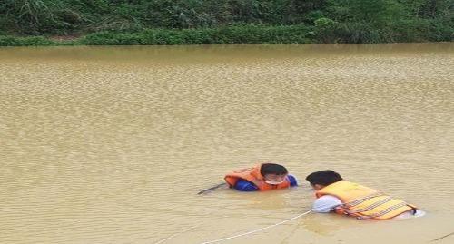 Vợ bất lực nhìn chồng bị cuốn vào cống thoát nước tử vong