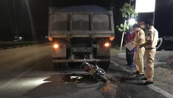Nam thanh niên tử vong khi tông vào đuôi xe ben đậu sát lề đường