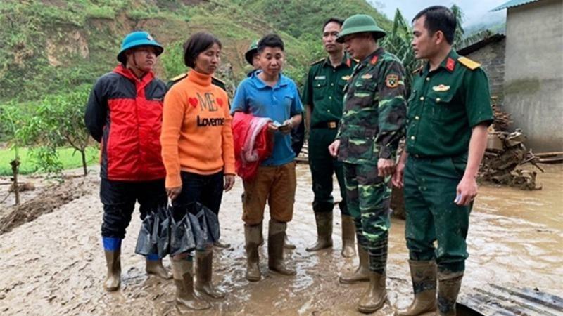 Cán bộ Đoàn Kinh tế - Quốc phòng 356 động viên gia đình có người thiệt mạng ở bản Lùng Than, xã Mù San, huyện Phong Thổ (Lai Châu).