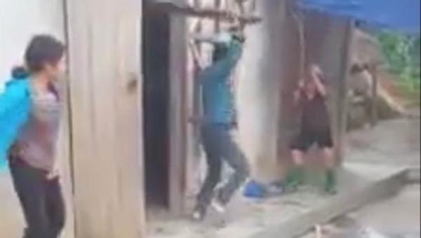 Con trai dùng ghế đánh mẹ nằm bất động ở Yên Bái