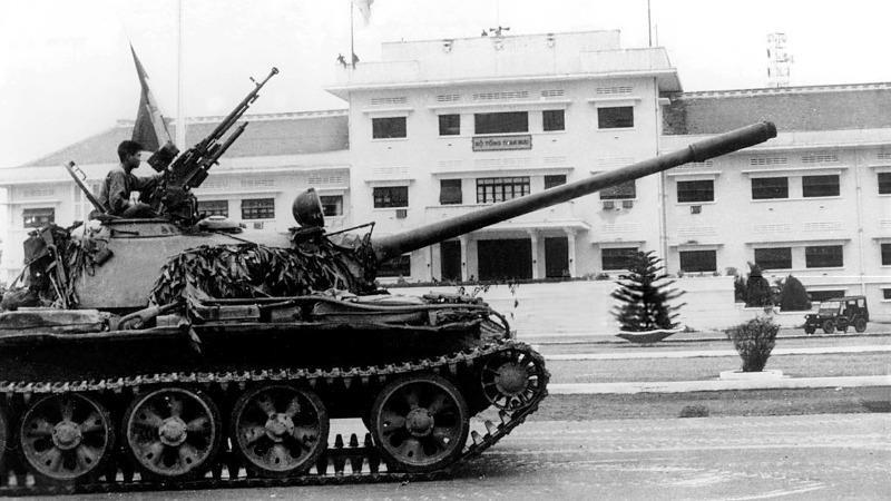 Xe tăng Quân Giải phóng tiến vào Bộ tổng Tham mưu quân đội Sài Gòn.