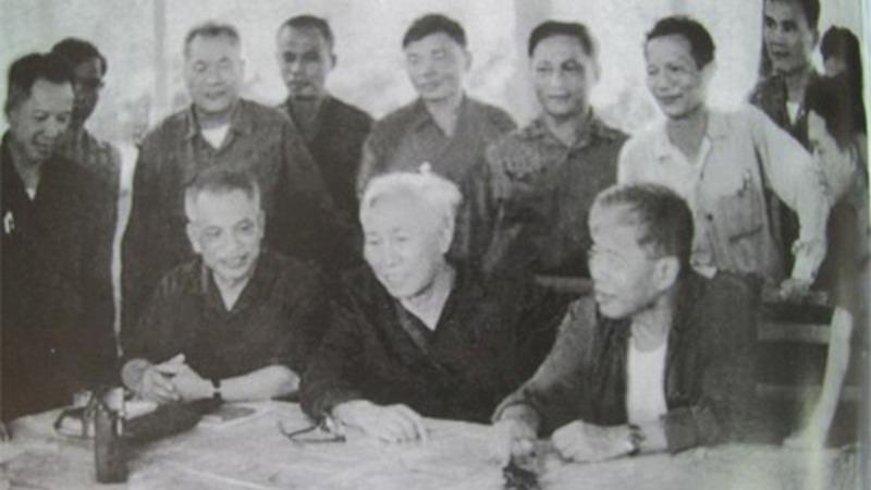 Đồng chí Văn Tiến Dũng (ngồi ngoài cùng, bên trái) và các đồng chí trong Bộ Chỉ huy Chiến dịch Hồ Chí Minh tháng 4/1975. Ảnh tư liệu.