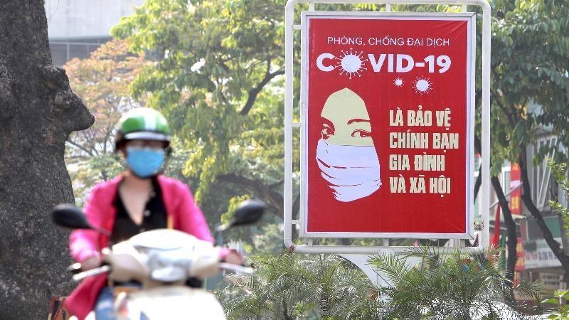 Một pa nô phòng chống Covid-19 trên đường phố Việt Nam.