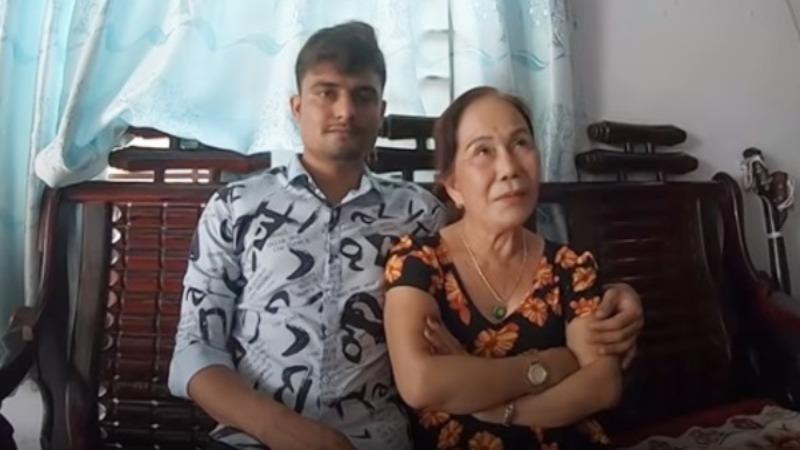 Bà Hoa và người chồng trẻ.