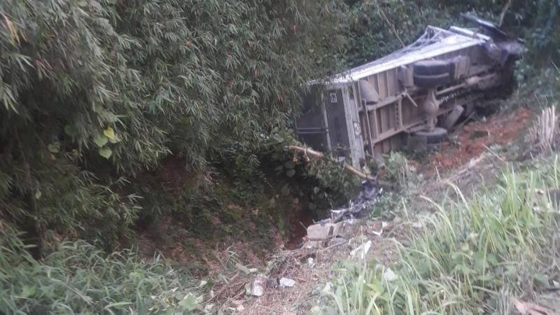 Hai cha con tử vong sau va chạm với xe tải