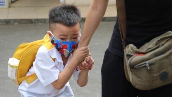 Học sinh mầm non òa khóc ngày trở lại lớp