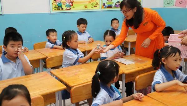 Thầy cô giúp học sinh 'làm đẹp', rèn nếp sinh hoạt những ngày đầu trở lại trường