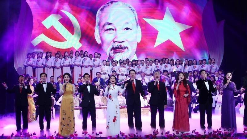 Những bài hát về Hồ Chủ tịch, mỗi khi được ngân vang lại thổn thức triệu triệu trái tim của những người con đất Việt.