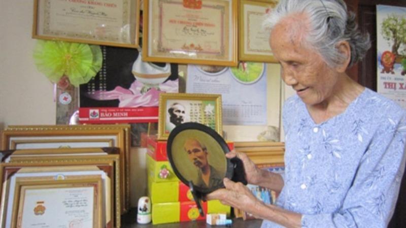 Các gia đình ở xã Trừ Văn Thổ đều treo ảnh Bác Hồ.