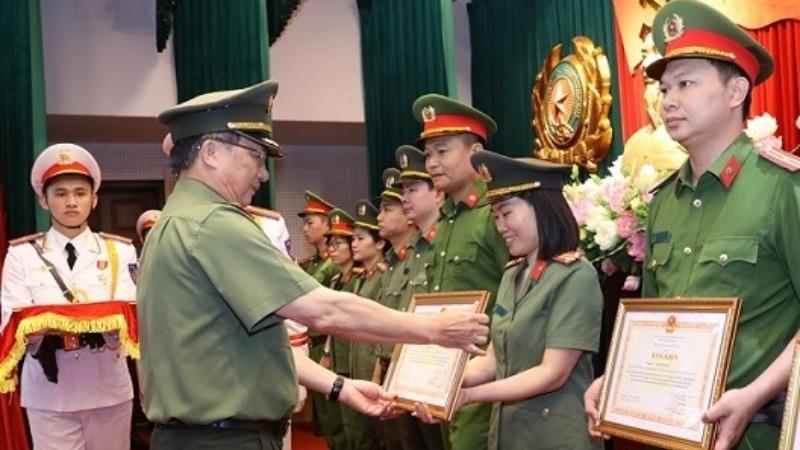 Thứ trưởng Nguyễn Văn Thành trao Bằng khen của Bộ Công an tặng các tập thể, cá nhân tiêu biểu