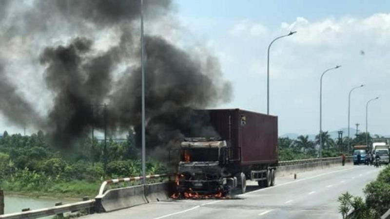 Xe container cháy ngùn ngụt giữa trưa