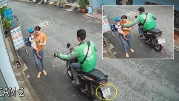Hai mẹ con đi bộ bị tài xế mặc áo Grab giật điện thoại