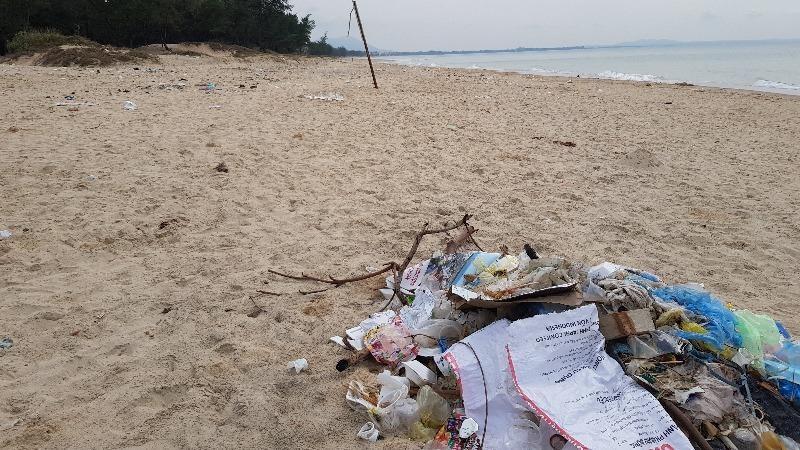 Một bãi biển du lịch nhưng ngập rác thải.