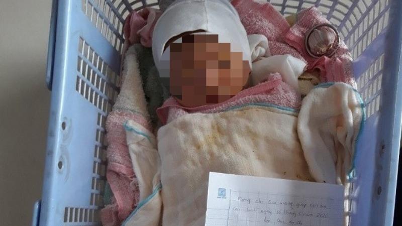 Bé trai sơ sinh bị bỏ lại lề đường cùng lời nhắn 'mong chị cưu mang giúp con em'
