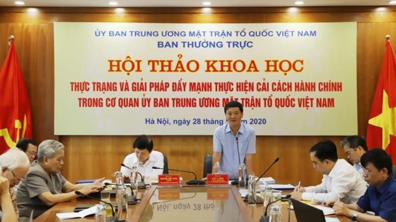 Phó Chủ tịch - Tổng Thư ký UBTƯ MTTQ Việt Nam Hầu A Lềnh phát biểu tại Hội thảo.